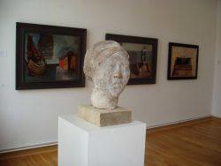 Blick in die Ausstellung im Vordergrund ein Werk von Werner Stötzer, © W. Stötzer, Künstler und Nachlässe